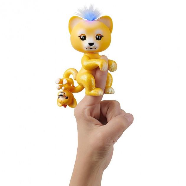 Купить WowWee Fingerlings Интерактивный ручной лев Сэм с малышом Лео (Fingerlings Interactive Sam Baby Lion Light Up) от